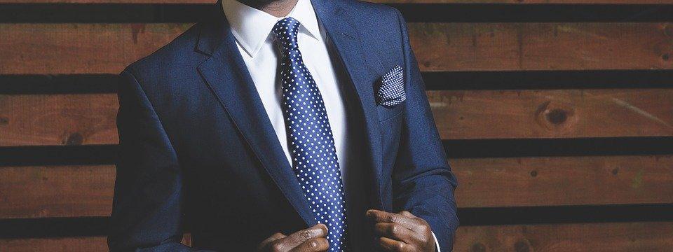 Oblek zásadně s kravatou
