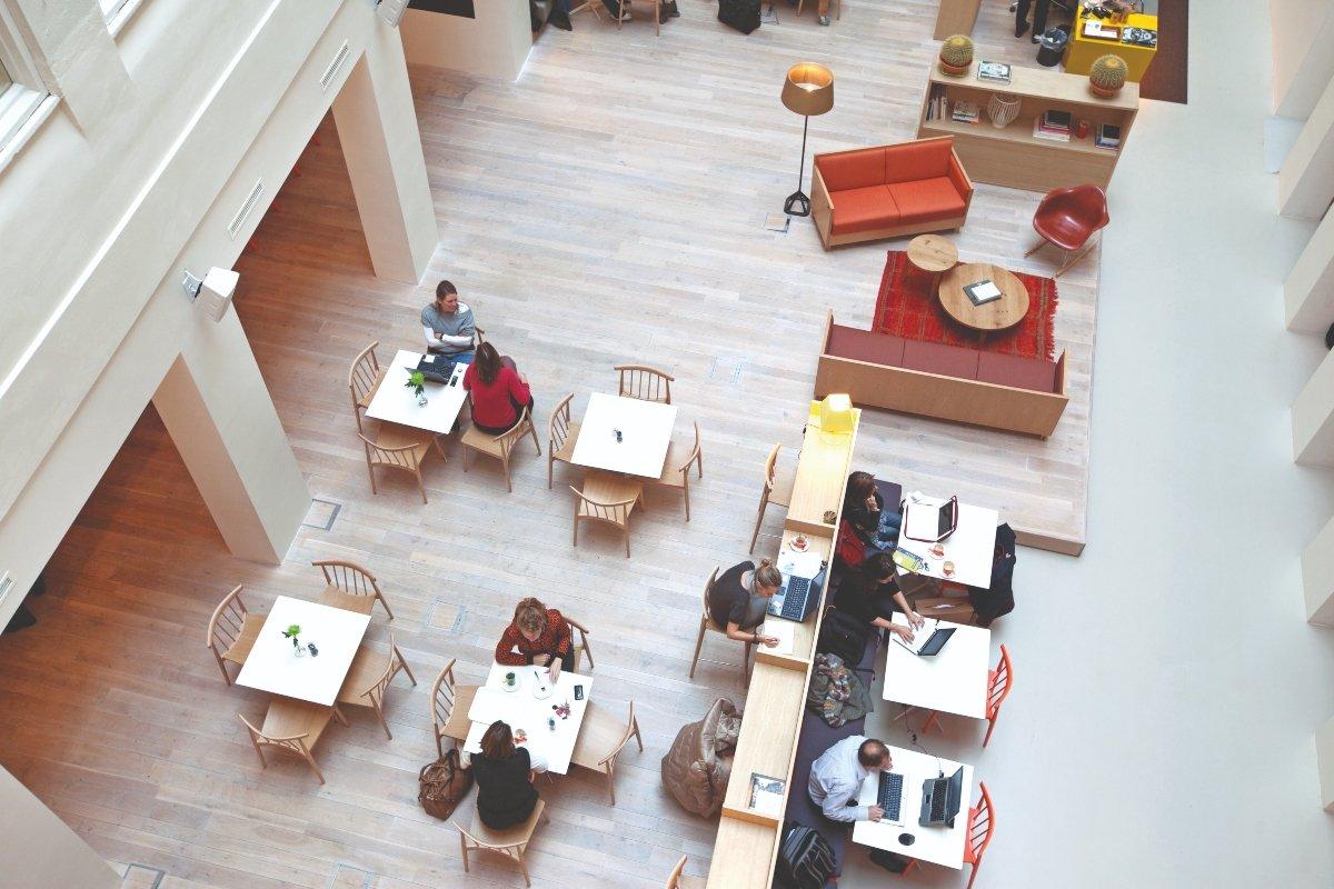 IWG - operator global de furnizori lideri de spații de lucru, cu mărci care satisfac orice stil și cerință, cum ar fi Regus sau Spaces.