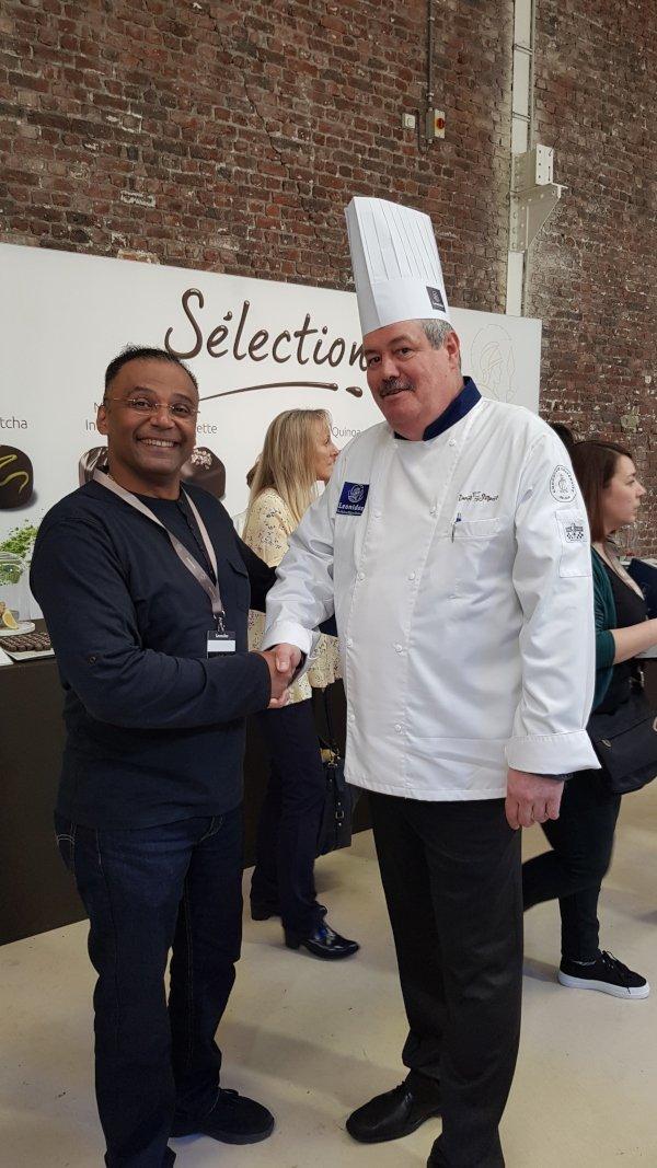 Jolyon Salvadore M'Bei alături de unul dintre cei 3 maeștri ciocolatieri
